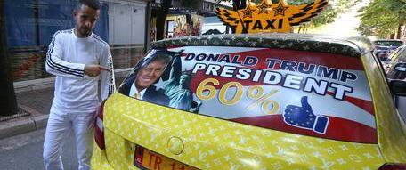 Tassista albanese riempie il taxi di foto di Trump ed è subito boom di clienti