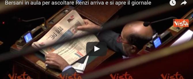 Bersani in aula per ascoltare Renzi: arriva e apre il giornale… (video)