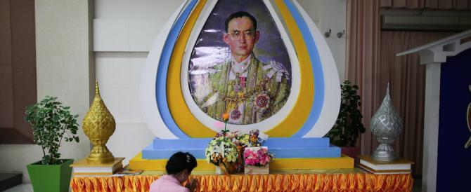 """La Thailandia piange il suo re: un """"semi-Dio"""" che amava jazz e fotografia"""