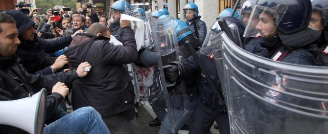 Scontri all'Università di Bologna, collettivi scatenati: almeno due feriti