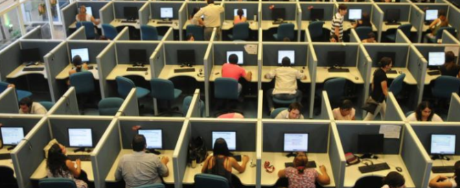 Operatori di call center per Telecom lavorano in garage per 2,5 euro l'ora