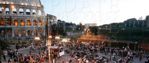 Islamici in preghiera al Colosseo: «Il Comune riapra le nostre moschee»