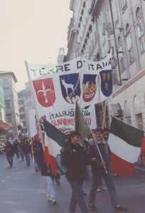 Striscione dei giovani missini per rivendicare l'italianità di Istria e Dalmazia