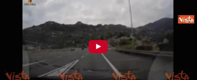 Ventimiglia, trasportava clandestini in un furgone frigo: il video dell'arresto