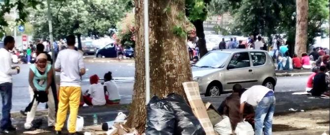 Roma, 3 egiziani pregiudicati rapinano turista con un'arancia in bocca