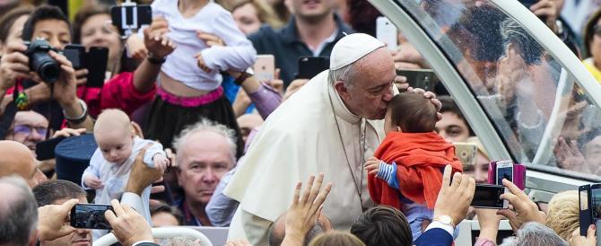 """Il Papa contro l'ideologia gender: """"Sconcertante negare diversità uomo-donna"""""""
