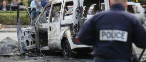 Parigi, è di nuovo violenza: molotov contro la polizia, 2 agenti gravissimi