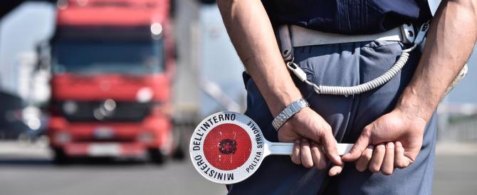 Napoli, estorcevano soldi agli automobilisti: sospesi 13 poliziotti