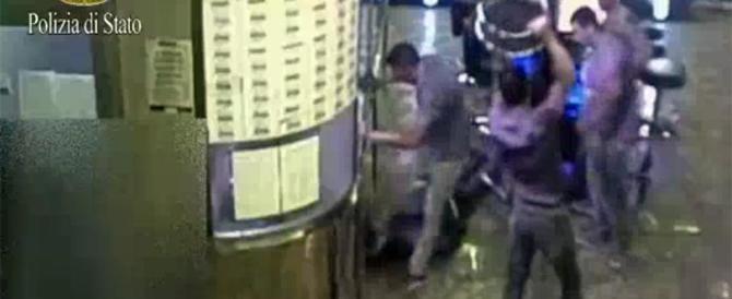 Pestarono senegalese addetto alla security in sala slot: catturati 5 italiani