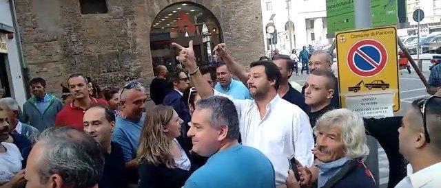 Agguato dei centri sociali, uova marce contro Salvini a Padova: interviene la polizia