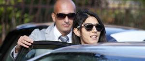 """In Italia scoppia la polizza """"mania"""": Raggi & Romeo testimonial (a loro insaputa)"""