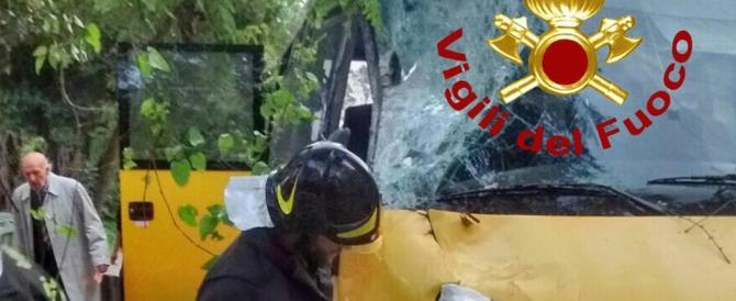 Roma in ginocchio per il maltempo. Albero cade su uno scuolabus: tre feriti