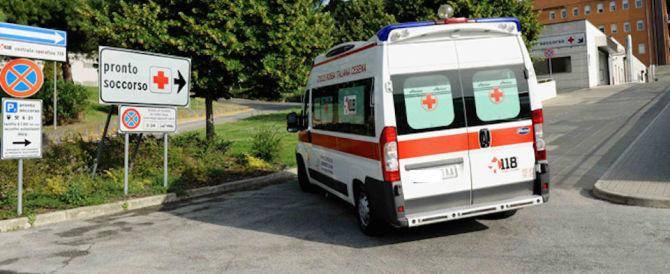 Si rompe la barella: un pensionato di 74 anni cade e muore in ospedale