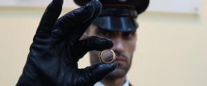 Un carabiniere inizia a mostrare ciò che è stato recuperato del tesoro del narcos