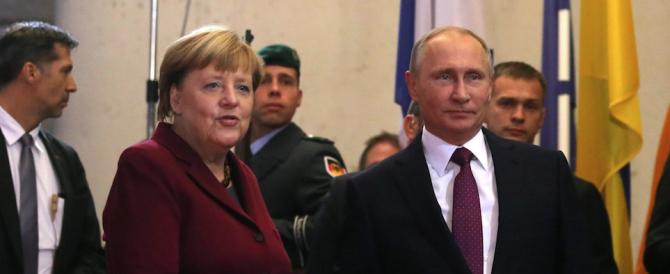 Vertice sull'Ucraina: la Merkel bacia Hollande, ma è gelo con Putin