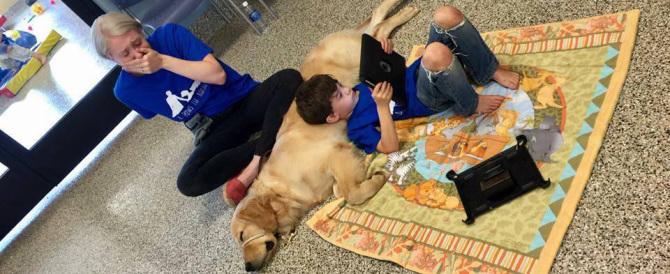 Commuove il mondo la foto del bimbo autistico sdraiato sul suo cane