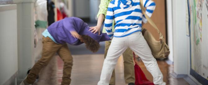 Pugni, calci e umiliazioni: ecco come tre bulli «battezzavano» i compagni