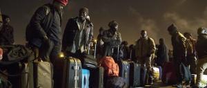 Francia, iniziato lo sgombero nella giungla di Calais. Gli agenti al lavoro