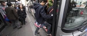 Stop di un sindaco: niente autobus per gli immigrati che disturbano le ragazze