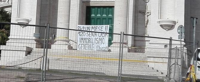 Crollo a Ponte Milvio, la protesta dei residenti: «Da un mese siamo senza casa»