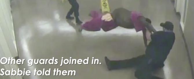 """Video choc dagli Usa, 6 agenti contro un detenuto: """"Non respiro"""". E muore"""