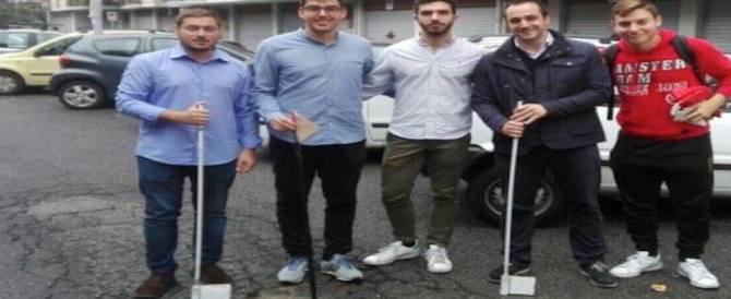 Buche a Roma. Protesta di FdI: giocano a golf per le strade della Magliana