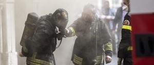 Profugo incendia la casa di una donna e finge di soccorrerla per darsi un alibi