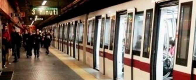 Paura nella metro di Roma: si stacca una porta, due viaggiatori feriti