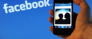 Per vendetta mette foto hard della ex tredicenne su Facebook: denunciato