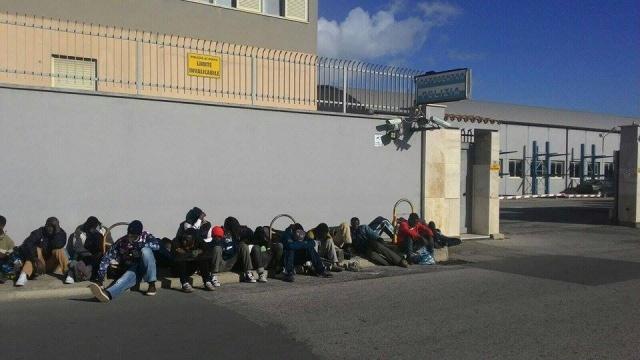 600 migranti al posto della scuola di polizia: cittadina sarda in rivolta