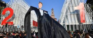 Renzi rappresentato come un fantoccio al corteo di Milano