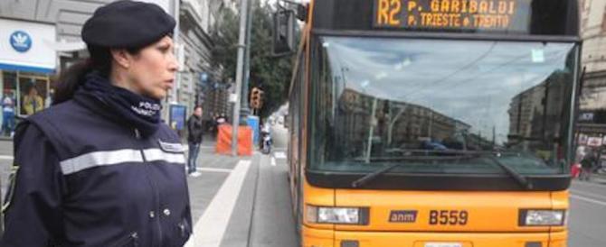 Sul bus senza biglietto, picchiano il controllore: arrestati due nigeriani