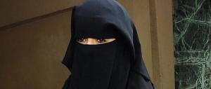 Donna col niqab rifiuta di farsi riconoscere: indaga la procura