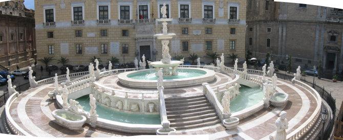 Palermo, turista spagnola danneggia la fontana Pretoria
