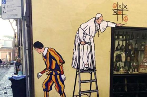 Street art in Vaticano: Papa Francesco gioca con una guardia svizzera