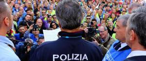 """Contro i tagli, la polizia compra una pagina di giornale: """"Protestate con noi"""""""