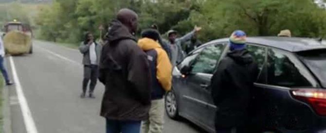 «Non riceviamo da un mese i nostri soldi». Profughi bloccano la strada Cementirossi (video)