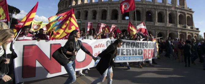 """""""Renzi è il nuovo Duce"""": in piazza i comitati del """"No"""" di ultrasinistra"""