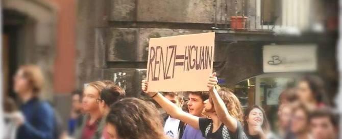 """Ai cortei scontri, vandalismi e un cartello """"Renzi=Higuain"""" (Fotogallery)"""