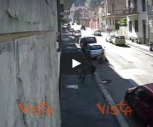 Torino, scippatore egiziano colpisce un'anziana e la fa cadere a terra (video)
