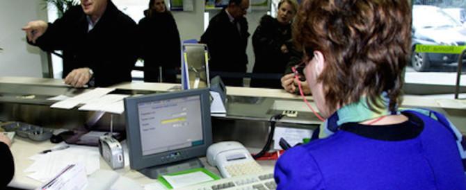 Truffava i clienti della banca in cui lavorava: sotto accusa un'impiegata