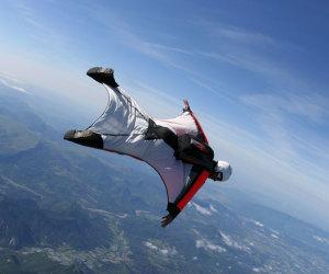 Vola in tuta alare sul Monte Bianco e si schianta. Vivo per miracolo (VIDEO)