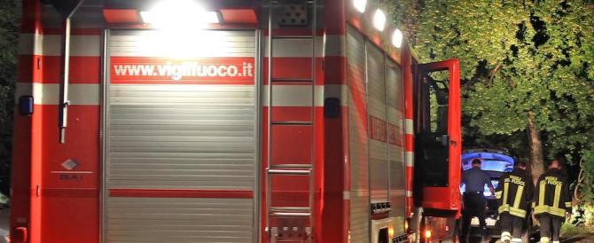 Incendio in un palazzo, una famiglia si getta dal secondo piano: sette feriti