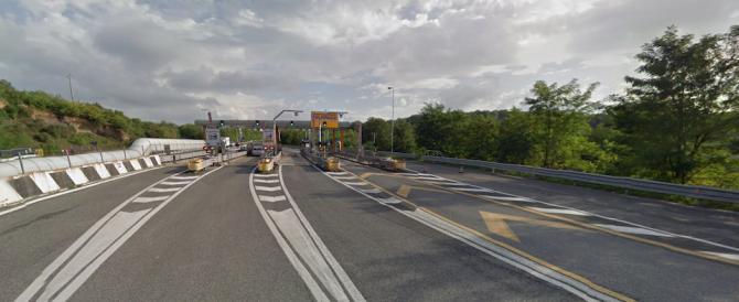 Albanesi fuggono su A24 e provocano incidente: nell'auto arnesi da scasso