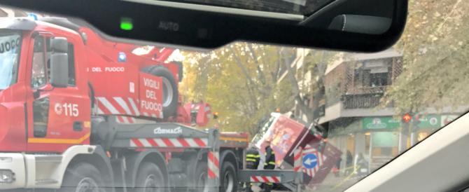 Roma a pezzi: automezzo dei netturbini sprofonda in una voragine