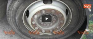 Atac, decine di autobus fermi a Roma: hanno le gomme usurate (il video)