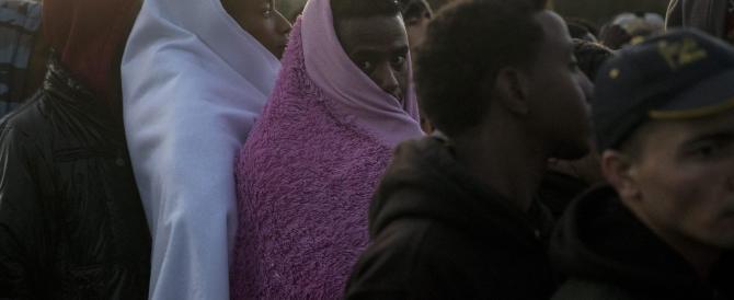 """Stuprarono l'interprete di una tv nella """"giungla"""" di Calais: presi tre afghani"""