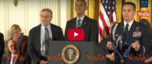 L'abbraccio tra De Niro e Obama per la medaglia per la libertà (video)