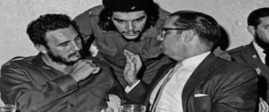 """In questa foto del 1960 il rivoluzionario Ernesto """"Che"""" Guevara con Fidel Castro, e (a destra) con il presidente cubano Osvaldo Dorticosin un ristorante de L'Avana"""