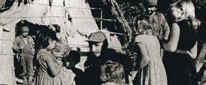 Il Presidente Fidel Castro parla con alcuni bambini nella Sierra Maestra, Cuba 1958. Molte di queste foto provengono dalla sua autobiografia pubblicata nel 2010